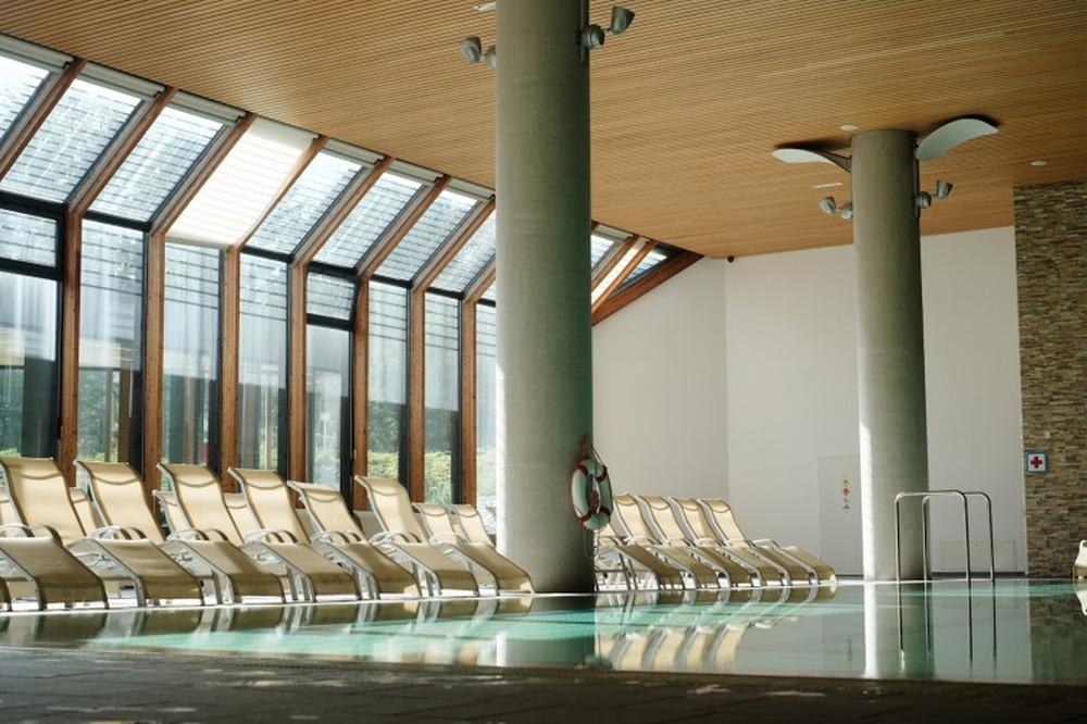 Drveni lamelni plafon iznad bazena - Luxalon